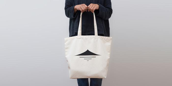 そしてこちらは「小豆島商店トートバック」。ショッピングにも、アウトドアや旅行なんかにも使いやすいビッグサイズのトートバッグです。小豆島商店のロゴマークがシンプルなので男性にもおすすめ。