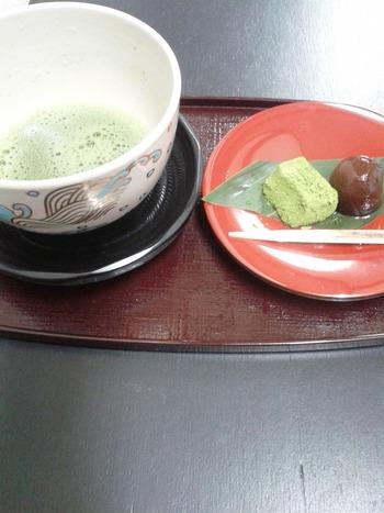 和菓子と共にお抹茶までいただけるのが嬉しいです。とても落ち着く香りで外国の方にも喜ばれそうですよね。