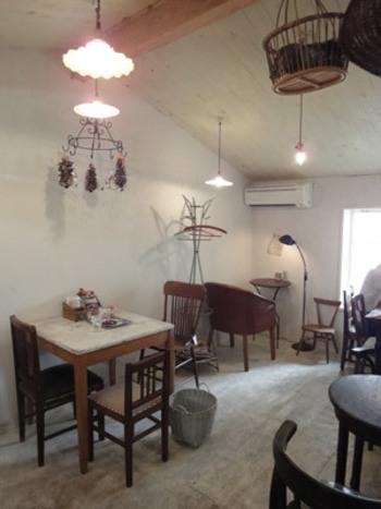 1階が店頭販売、2階がカフェになっています。置いている家具の風合いがゆったりとした雰囲気をつくりだしていて落ち着きます。