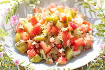 イチゴやキウイなどのフルーツに、セロリなどをミックス。角切りで食べやすく、かわいらしいサラダです♪柑橘系&ポン酢のドレッシングでいただきましょう。