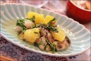 オリーブオイルでソテーした牡蠣に、はっさくを合わせたレシピ。はっさくの果肉と果汁がたっぷり入ってとてもフルーティ。大葉の風味がアクセントになっています。
