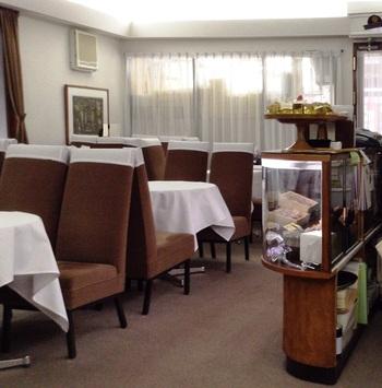 折り目正しいテーブルと椅子の配置は、今どきのカフェを見慣れた目には新鮮に映るかもしれません。 1947年に開業、『ドライケーキ』で知られる洋菓子の老舗です。さりげなく置かれた大きなベートーベンのブロンズ像、壁に掛けられた林武画伯の三部作にはそれぞれエピソードが。