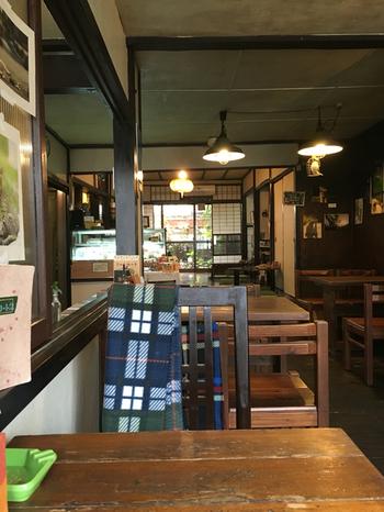 明治時代の機織り工房を、レトロな空気感をそのままにブックカフェとして再生しました。
