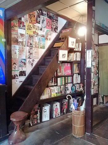 マンガ、絵本、映画や音楽の本など約500冊もの本を楽しめます。 和洋入り交じった空間は、何故だか落ち着く塩梅です。