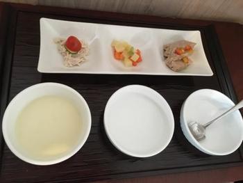 わんちゃんの食事はブッフェ式で、好きなものを好きなだけチョイス。朝食もブッフェから好みの3種を伝えておけば、ちゃんと用意してくれるんです。