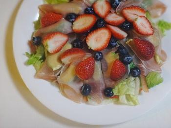 アボカドを生ハムで包み、カットサラダの上に並べます。その上からイチゴ・ブルーベリーをトッピング。生ハムに塩味がついているのでドレッシングはかけずに、そのままいただきましょう♪