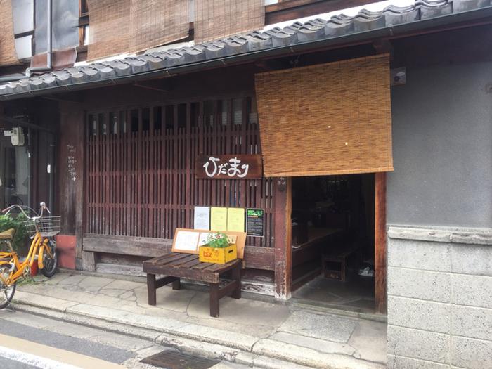 ここまでご紹介したカフェは洋風にリノベーションしたものでしたが、こちらは正統派町家スタイルを維持したカフェです。 築80年の京町家をそのまま活かしています。
