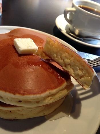 パターとシロップで、美味しいパンケーキをどうぞ。 リピーターが多い素敵カフェです。