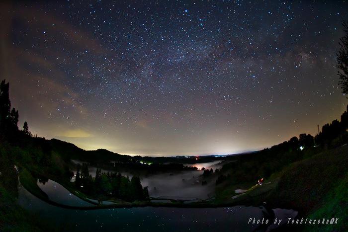 満天の星が水面に映る光景も美しい、春の夜の星峠。せっかくなら夜明け前から星を鑑賞するのも良さそう。