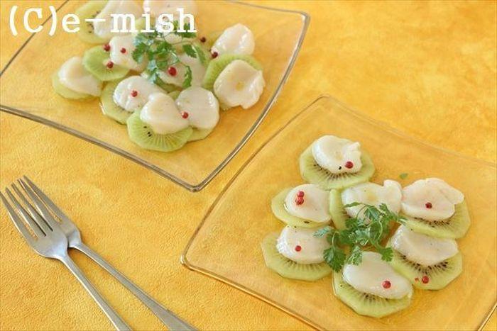 ホタテとキウイの意外な組み合わせ。キウイのグリーンとホタテの組み合わせがおしゃれ♪さっぱりとした酸味が加わったさわやかな風味です。