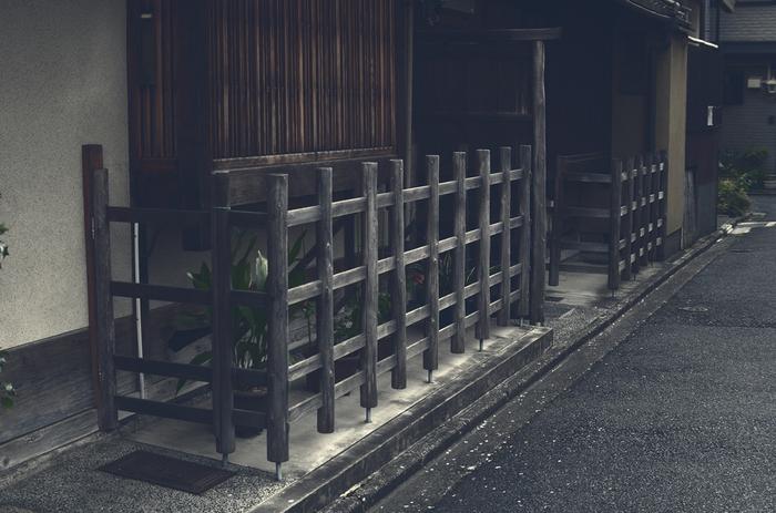 外観の特徴は、紅殻格子や虫籠窓。あとは犬矢来などがあると言われています。
