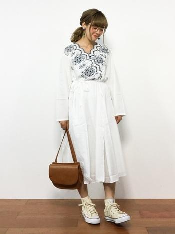少し涼しい日には、そのままワンピースとして着るのもおしゃれ。白のワンピースは、清楚感と爽やかさをアピールできます。