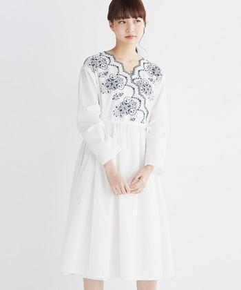 羽織にも使える、カシュクールタイプの白ワンピ。ホワイト×ネイビーの刺繍タイプの他に、生地と同色の刺繍が可愛いホワイトとオレンジもあります。