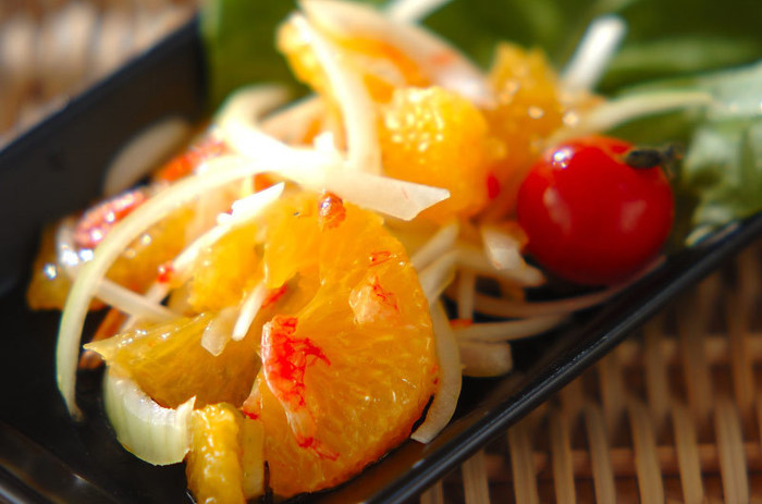 玉ねぎ・サラダ菜・プチトマトに、夏ミカンをたっぷりと使ったフルーツサラダ。アーモンドオイルで作ったドレッシングでエスニック風に仕上がっています。