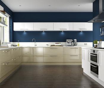 ネイビーと白でまとめた洗練された雰囲気のキッチン。白と組み合わせることで奥行きが生まれます。