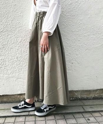 たっぷりのボリューム感が特徴的な、チノ素材のフレアスカート。ふわっと広がるシルエットがとてもオシャレで、フレアタイプなのにゴージャスになり過ぎないカジュアル感がポイント。