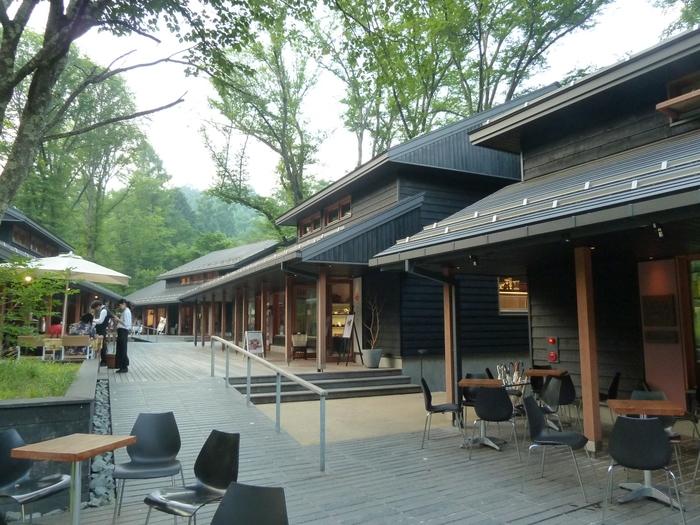 ハルニレテラスは、星野リゾートが展開するショッピングスポットの1つ。周辺には日帰り温泉や広場も多く、オシャレな雰囲気と自然の癒しを同時に楽しめます。