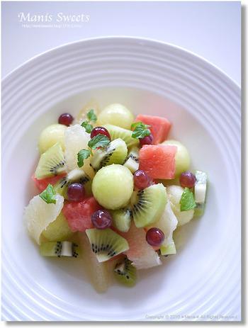 メロン・キウイ・グレープフルーツ・デラウェアにたっぷりのフルーツソースをかけてサラダ風の盛り合わせ。メロンをスプーンでくりぬくと、よりかわいくなりますね♪