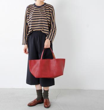 天然皮革特有の質感が大人っぽいレザートートバッグは、エレガントさが魅力。無駄を省いたシンプルなデザインなので、折りたたんでサブバッグとしてコンパクトに持ち歩くこともできます。