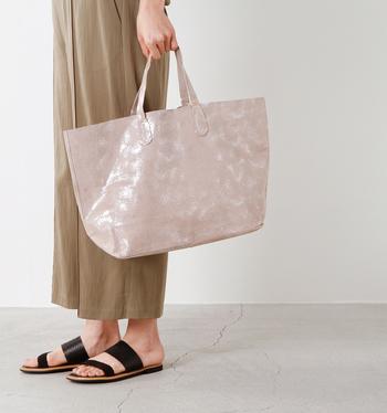 柔らかくて摩擦にも強い豚革(ピッグレザー)のトートバッグ。細かい模様を箔押しして、華やかな雰囲気を出しています。