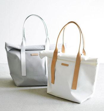 撥水性素材ターポリンを使用したトートバッグ。くるくる巻いて閉じる、ロールトップデザインが特徴です。