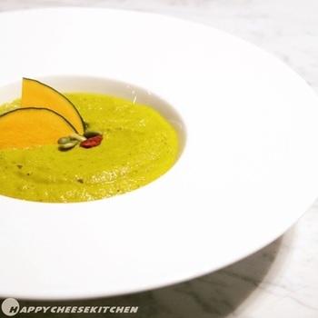 バイタミックスに材料を入れて5分ほど撹拌することでおいしいスープに。ローフードとは、48℃以下で調理されたもので、酵素を生きたまま取り入れることができます。