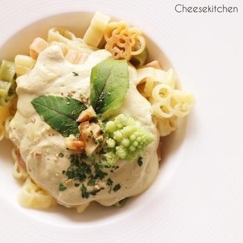 ロマネスコ(カリフラワー)、豆乳、チーズ、くるみなどをバイタミックスにかけることで濃厚なパスタソースに。少し長めに撹拌することで、ソースが熱くなります。