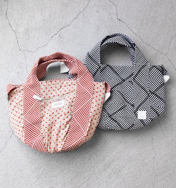 編み模様のシンプルデザインの面と、それとは全く表情が異なる面、2つのテキスタイルが楽しめるリバーシブルトート。その日の気分やファッションに合わせてコーディネートしましょう。