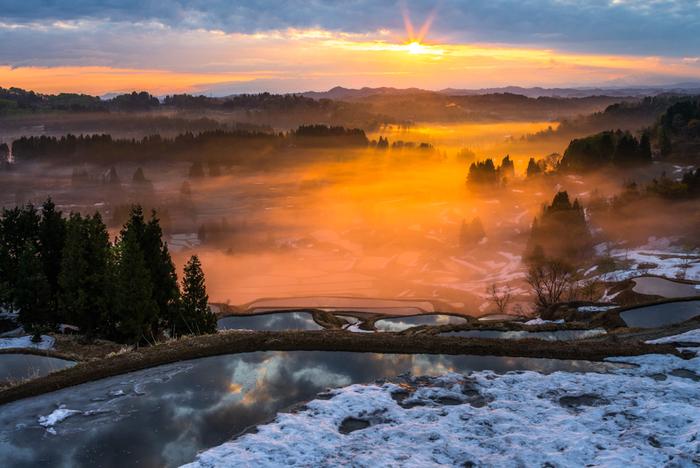5月上旬でも雪が残っている棚田の夜明け。残雪と雲海、光の美しい光景もまた見事で目を奪われます。