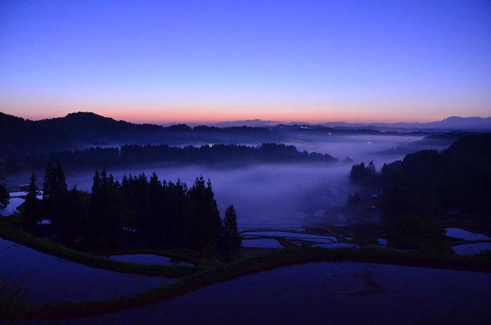 「雲海(霧)」の発生しやすい基本的条件は以下の通りです。  1.昼夜の寒暖の大きい山間部や盆地 2.春や秋の夜明け前から早朝にかけて 3.湿度が高く、十分な放射冷却があること 4.晴天で、風が弱いこと  この条件が重なるなら、ベストシーズンを外しても雲海と出会える確率は高くなります。
