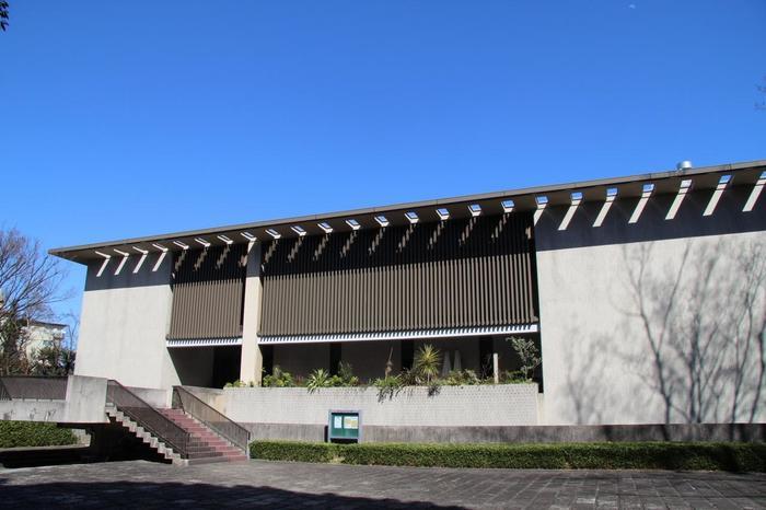 公益財団法人 日本近代文学館 休 館 日:日曜日・月曜日、第4木曜日、年末年始、2月と6月の第3週(特別整理期間) 開館時間:9:30~16:30(入館は16:00まで) ※月曜日が祝祭日の場合の翌火曜日は「駒場公園」がお休みですが、「日本近代文学館」は開館しています。正門の大きな門扉は施錠されていますが、向かって右の小さな門扉からは入場可能です。