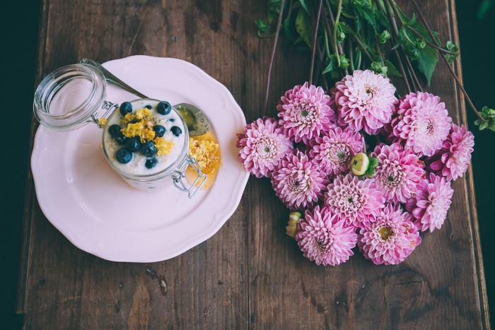 腸内環境を整えるためにも発酵食品はとても大切です。ヨーグルト以外に、ぬか漬け、味噌汁、納豆、ピクルス、甘酒、キムチなどたくさん発酵食品があるので食事に積極的に取り入れてみてくださいね。特に味噌汁は、「みそ汁は朝の毒消し」という諺があるほど健康に良いと言われています。体も温まって一石二鳥ですね。