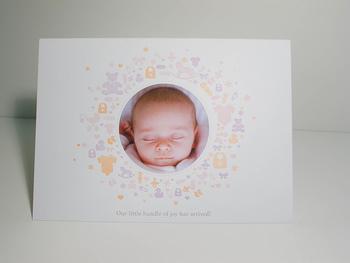 カードの中央を丸くくり抜いて赤ちゃんの写真を貼った素敵なアイデア。活版印刷した可愛すぎるカードです。