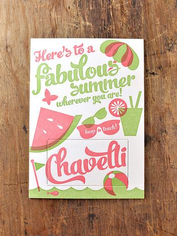 海やスイカなど、夏らしさを感じるポストカード。メッセージやイラストをいっぱい詰め込んだ楽しいデザインですね。