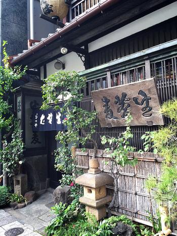 創業明治17年。「神田まつや」は、江戸前の庶民の味を今に伝える名店です。蕎麦好きの作家や有名人が足繁く通うことでも有名。老舗ならではの重厚感のある店構えが、江戸の街並みを彷彿とさせます。