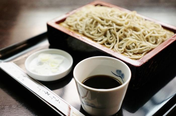 蕎麦の原材料には、茨城や北海道、青森など、日本各地から厳選したものを使用。熟練の技から作り出される手打ちの蕎麦は、コシがあってのど越しもなめらかです。ダシがよく効いたつゆとも絶品です。