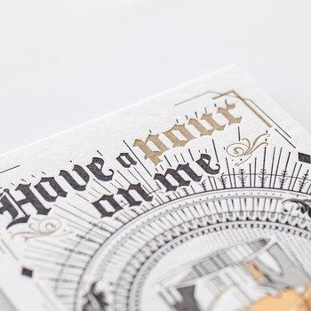 活版印刷は凸版印刷の一つで、鉛でできた「活字」を組み合わせて版をつくり、インクを塗って印刷したものです。圧をかけて印刷することで、凹凸のある風合いに仕上がります。