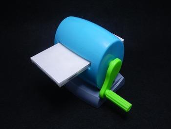 「活版印刷キット」には、樹脂版作成キットやインクなどが揃っているので、すぐに自宅で活版印刷を楽しめます。今回は、「活版印刷(レタープレス)スタートキット」をご紹介します。