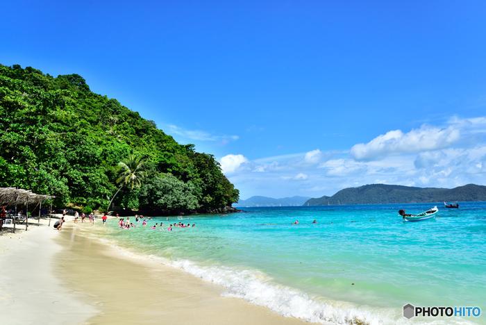 タイ西側・アンダマン海に面したリゾート地。  どこまでも広がる白い砂浜と透明度の高い海が魅力的なビーチリゾートです。