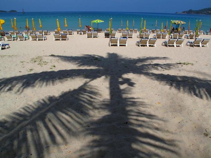 プーケット島でも人気の「パトンビーチ」で飲み物片手にしばらくのんびりくつろいでみたり。