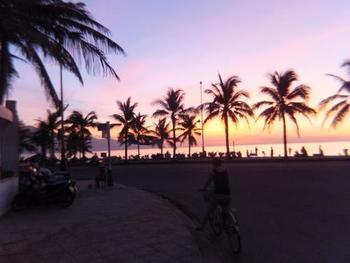 ダナンはベトナム中部の港湾都市。  近年、リゾート開発が進み、透き通ったエメラルドグリーンの海やプライベートビーチなど様々なビーチが広がっています。  なかでもおすすめなのが、「ミーケビーチ」。 世界6大ビーチに数えられるビーチで、地元の方にも人気のスポット。  朝は魚が売られていたり、地元の若者たちや子供たちが遊んでいたりと、ローカルの人たちの日常も垣間見れますよ。