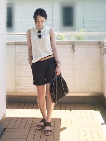 大人の定番、モノトーンコーデにはブラックのショートパンツが着まわししやすいですね。ゆるっとしたノースリーブニットとの組み合わせが涼しげ。