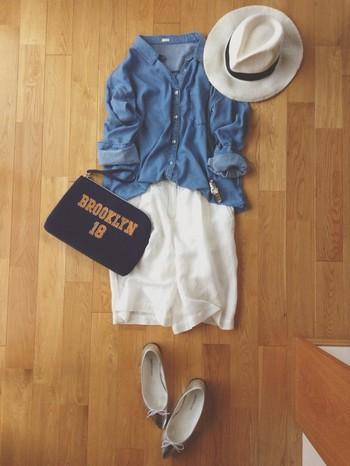 デニムシャツにショートパンツだとちょっとボーイッシュなコーディネートになりがちですが、とんがりパンプスやクラッチと合わせて大人の休日カジュアルコーデに。