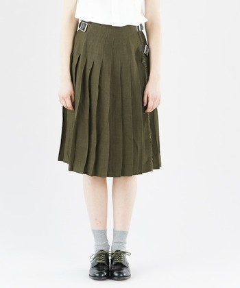 リネン生地で作られたプリーツスカートは、夏でも暑さを感じずに着用することができます。定番アイテムのプリーツスカートを、夏から秋まで活用したい人におすすめの1枚です。