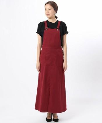 ビンテージ感を取り入れた、チノ素材のジャンパースカートです。ちょっぴり光沢感のある素材を使用しているので、カジュアルな着こなしだけでなくキレイめ大人女子コーデにもぴったり◎