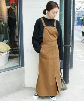 こちらはキャメルカラーバージョンの、ジャンバースカート。スカートにインするトップスをニットなどの長袖アイテムに変えるだけで、ぐっと秋感が強まりますね。