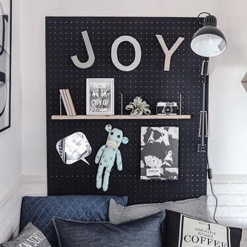 おしゃれで、しかも気軽に「壁付け」の収納やディスプレイを楽しめるのが有孔ボード。ベッドと壁で挟むように立てかければ、ベッドヘッドのディスプレイ空間が一瞬で完成♪お好みの色でペイントするのも楽しいですね。