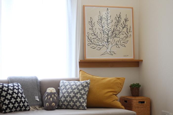 ポスターを置いている無印良品の棚。「壁に付けられる家具」シリーズは、フックや棚、長押タイプなどさまざまな種類があります。デザイン的には統一感がありながら、付ける場所や目的によって使い分けられるのがいいですね。