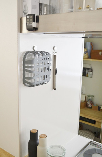 キッチンの冷蔵庫側面やステンレス面などにはマグネットフックを。すぐに取れる整理整頓術です。