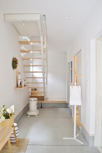 玄関にスッキリとした「コートハンガー」を一台置いてみましょう。雨や雪の日には、室内にすぐ入れたくない濡れたコートやアウターを。立てかけておくと倒れてしまうお掃除道具や、サッと持ち出したいサブバッグなどもここを定位置に。こちらはsarasa design storeのコートハンガー。木の枝のようなフォルムがシンプルな可愛らしさを感じさせます。